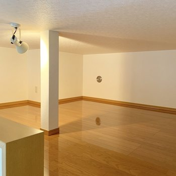 【ロフト】真ん中の柱をどう使うかがポイント。※写真は1階の同間取り別部屋のものです