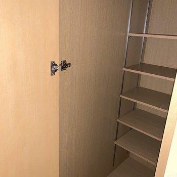 玄関横のシューズボックスには奥行きがあり、たっぷり収納できそう。※写真は1階の同間取り別部屋のものです