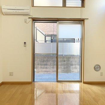 【洋室】バルコニーの奥の眺望は住宅がありました。※写真は1階の同間取り別部屋のものです