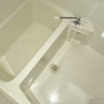 お風呂はシンプルに白。
