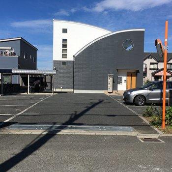 敷地内に駐車場、駐輪場、ゴミ置き場が揃います。
