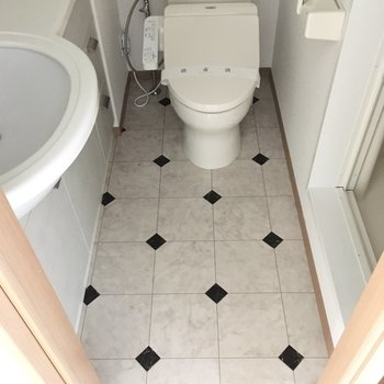 脱衣所の床はタイル模様だー