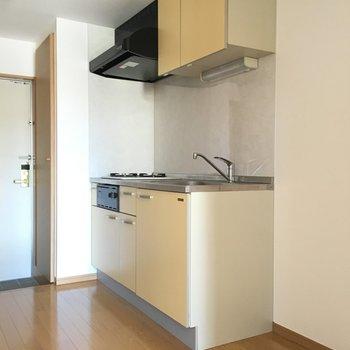 キッチン横に冷蔵庫と、洗濯機置場です。