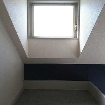 ロフトにも窓があるんです!※写真は6階の同間取り別部屋のものです
