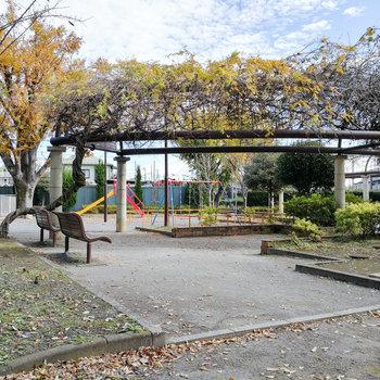遊具のある公園もあります。