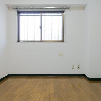 こちらは納戸です。3.5帖なので、書斎などにどうぞ。