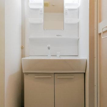 脱衣スペースは洗面台と