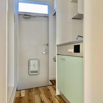 冷蔵庫はキッチン左手に。