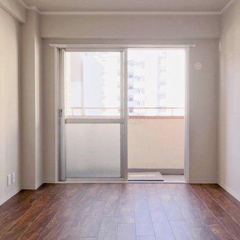 グレーのクロスも雰囲気ある〜。エアコンはでリビング・洋室どちらも設置可能です。