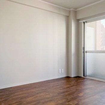 4.7帖の洋室は床の色が違うんです。ダブルベッドを置いたらちょうどいい広さかな。