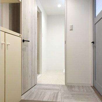玄関入ってまっすぐが脱衣所。左側がトイレです。