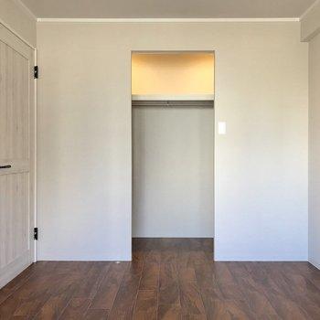 入り口は狭まっているけど、1面収納です。カーテンをつけることもできますよ。