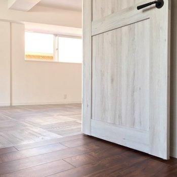 こんな切り替え。扉やドアノブも素敵…!