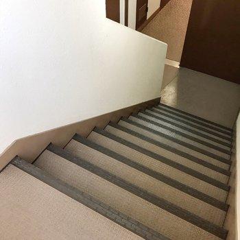 この階段をのぼって4階まで。忘れ物しない習慣が付きそうです。