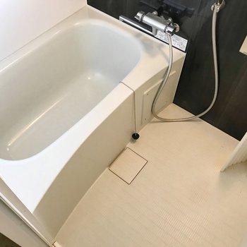 お風呂は隙間が少なくお手入れラクラク!(※写真は5階の同間取り別部屋、清掃前のものです)