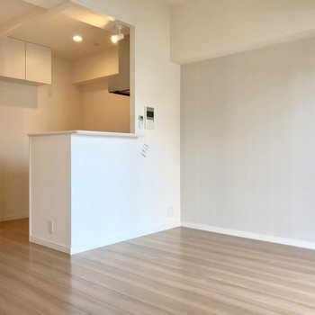 対面式キッチンが主役のリビング。2人掛けのテーブルと椅子を。(※写真は5階の同間取り別部屋、清掃前のものです)