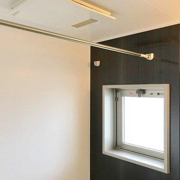 浴室乾燥機付き!窓があるので換気もお手の物。(※写真は5階の同間取り別部屋、清掃前のものです)