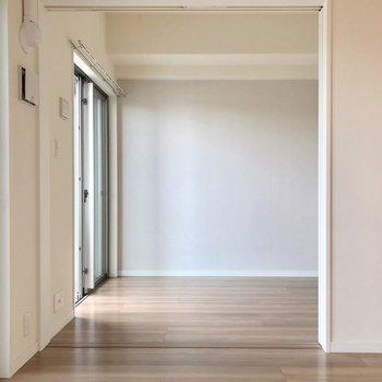 隣の洋室とは引き戸で仕切れます。(※写真は5階の同間取り別部屋、清掃前のものです)