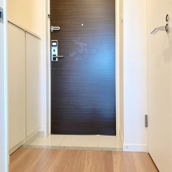 玄関もゆったり。傘立てにもこだわりたい!(※写真は5階の同間取り別部屋、清掃前のものです)