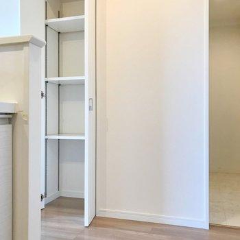 キッチン向かいにも可動棚!パントリーにどうぞ。(※写真は5階の同間取り別部屋、清掃前のものです)