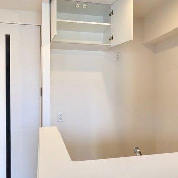 裏にはこんな棚も!コンセントが多いので家電を揃えてもいいですね〜(※写真は5階の同間取り別部屋、清掃前のものです)
