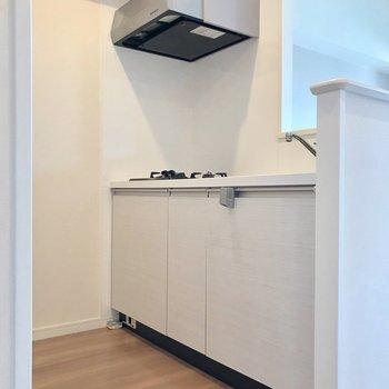 白いキッチンは清潔感も◎(※写真は5階の同間取り別部屋、清掃前のものです)