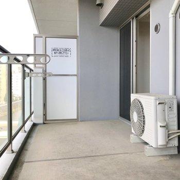 広々バルコニー!洗濯物もたくさん干せるけど…(※写真は5階の同間取り別部屋、清掃前のものです)