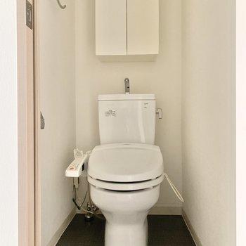 トイレは棚付き