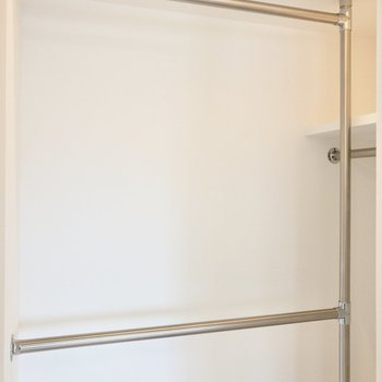 【洋室】コーナー型でお洋服が見やすく収納できそうです。※写真は6階の同間取り別部屋のものです