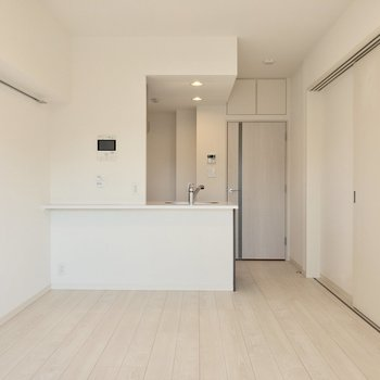 【LDK】カウンターキッチンでササっと食事を済ませられます。※写真は6階の同間取り別部屋のものです