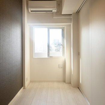 【洋室】スラっと縦に長い洋室。※写真は6階の同間取り別部屋のものです