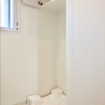 洗濯機置き場上部には収納があります。※写真は6階の同間取り別部屋のものです
