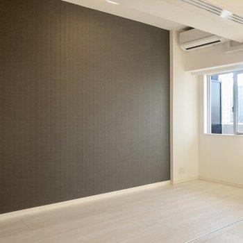 【洋室】ダークブラウンのアクセントクロスでお部屋が引き締まります。※写真は6階の同間取り別部屋のものです