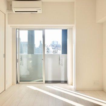 【LDK】風通し良好です。※写真は6階の同間取り別部屋のものです