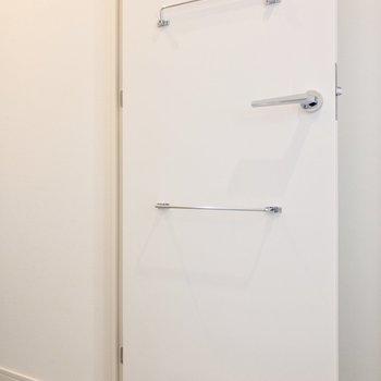 玄関収納の扉には傘を収納できます。※写真は6階の同間取り別部屋のものです