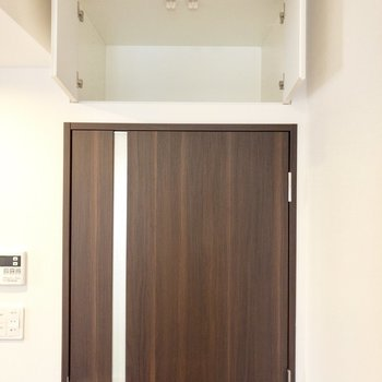 【LDK】キッチンお隣、玄関スペースへと続く扉上部に収があります。