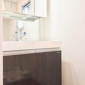 朝の準備もラクラク、洗面台は3面鏡になっています