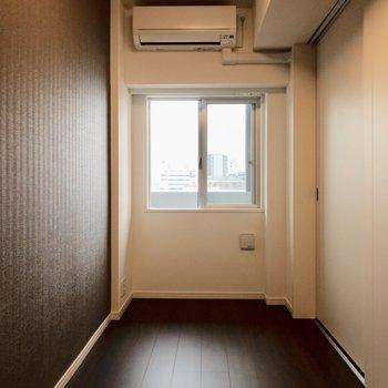 【洋室】スラっと縦に長い洋室。※写真は8階の同間取り別部屋のものです