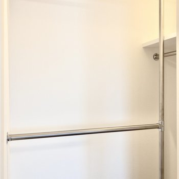 【洋室】3本のハンガーラック。コーナー型になっていて、お洋服を見やすく収納できそうです。※写真は8階の同間取り別部屋のものです