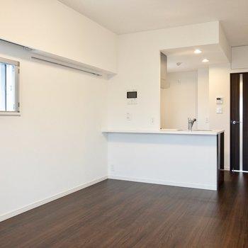 【LDK】小窓横のピクチャーレールに緑を添えて。※写真は8階の同間取り別部屋のものです