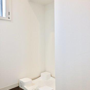 洗濯機置き場上部には収納があります。※写真は8階の同間取り別部屋のものです