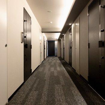 シックな室内共用廊下。