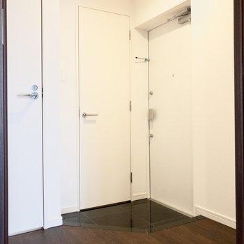 玄関スペースはゆったり。※写真は8階の同間取り別部屋のものです