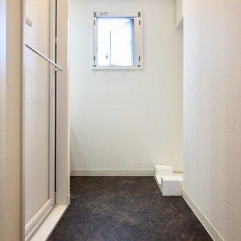 清潔感のある窓付き脱衣スペース。※写真は8階の同間取り別部屋のものです