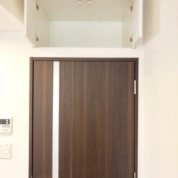【LDK】キッチンお隣、玄関スペースへと続く扉上部に収があります。※写真は8階の同間取り別部屋のものです