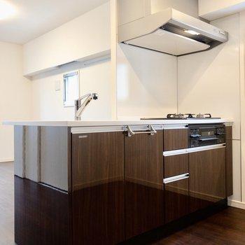 【LDK】キッチンは嬉しいカウンター型。※写真は8階の同間取り別部屋のものです