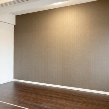 【洋室】壁沿いにベッドをどうぞ。※写真は8階の同間取り別部屋のものです