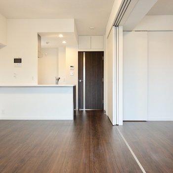 【LDK】洋室とつなげれば、開放感たっぷり。※写真は8階の同間取り別部屋のものです