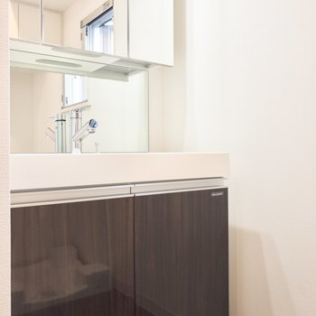 朝の準備もラクラク、洗面台は3面鏡になっています※写真は8階の同間取り別部屋のものです