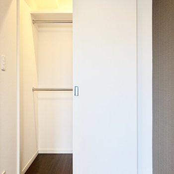 【洋室】ハンガーラックがチラッと。もっと近づいてみると...※写真は8階の同間取り別部屋のものです
